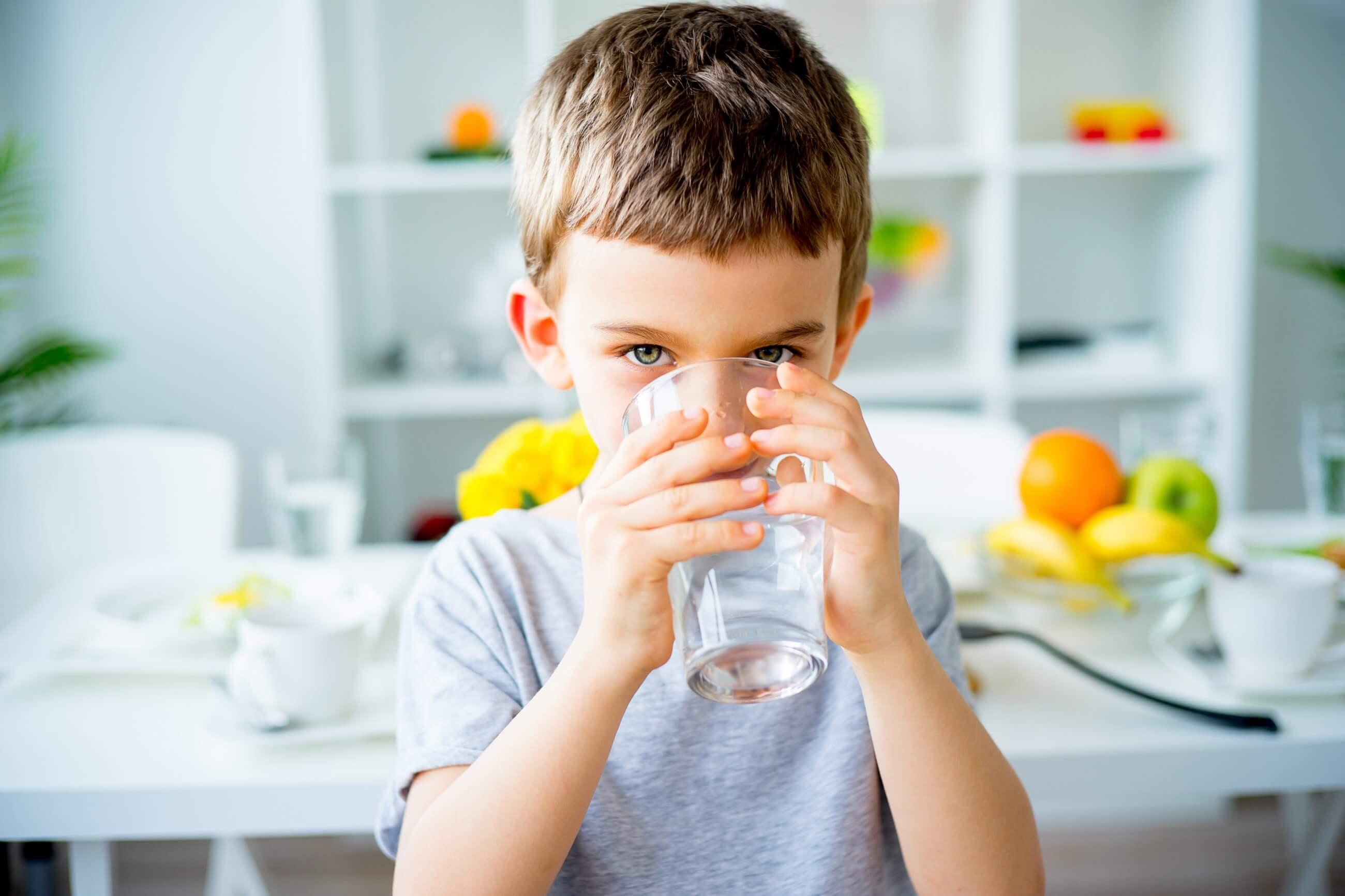 Uzupełnianie płynów przy odwodnieniu dziecka