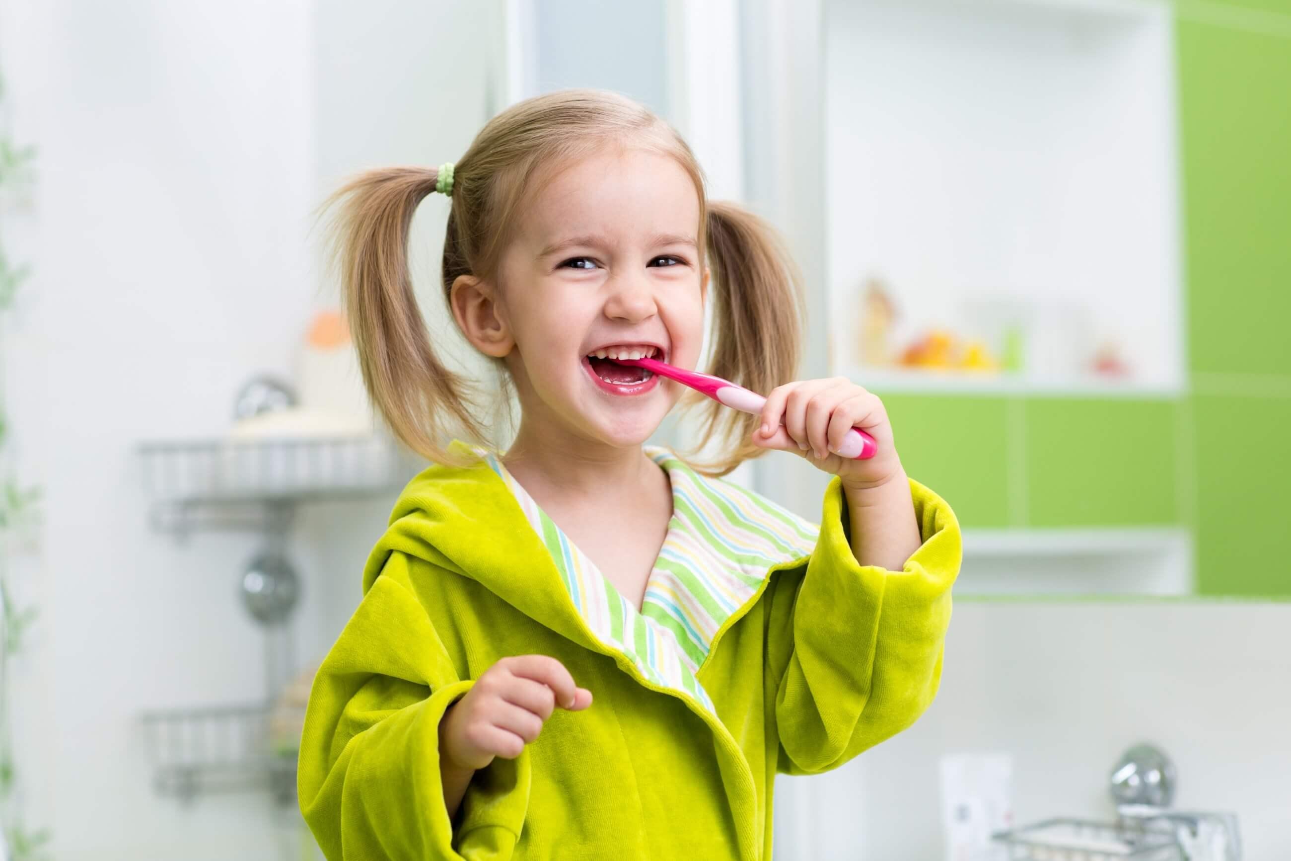 Szczoteczki elektryczne, soniczne i manualne, czyli rodzaje szczoteczek do zębów